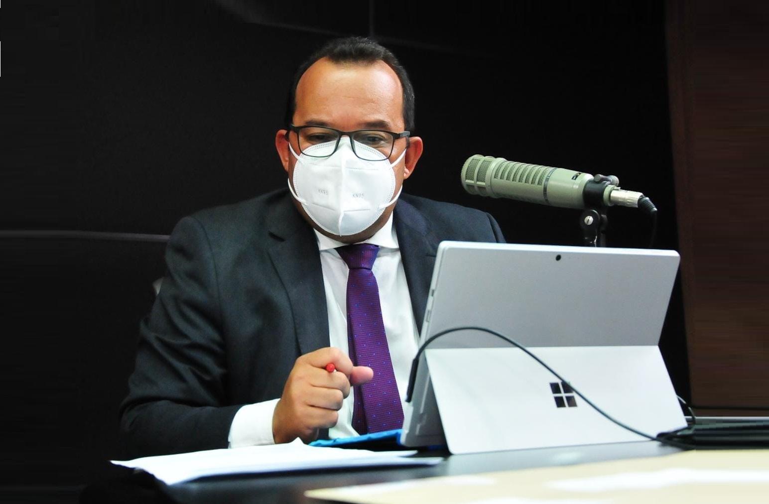 Geraldo Júnior apresenta na CMS projeto para a isenção de taxa aos comércios
